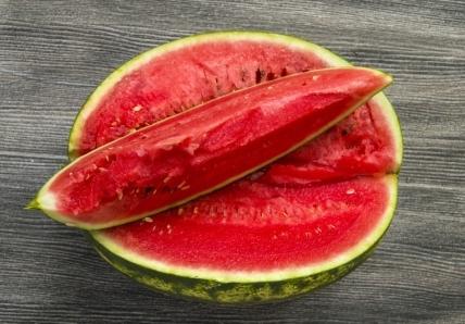 červený meloun položený na stole