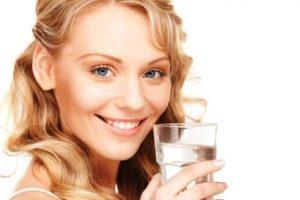 žena s pohárom v ruke