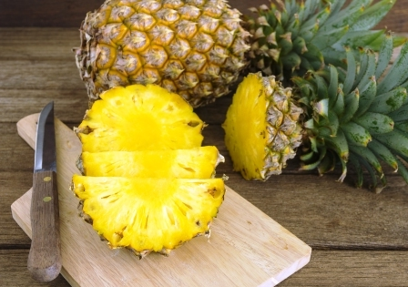 ananas v celku prekrojeny