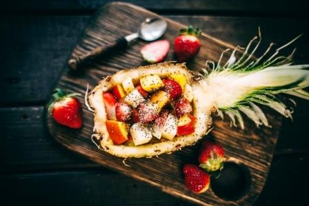 ananasový Exotický ovocný salát z tropického ovoce v ananasu