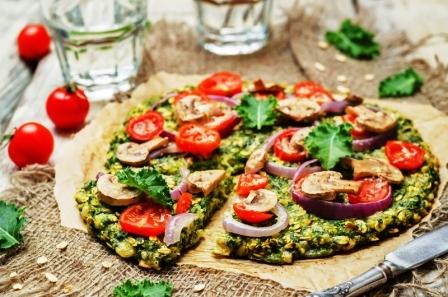 pizza z ovesnych vlocek, cervenou paradajkovou, cibuli a houbami