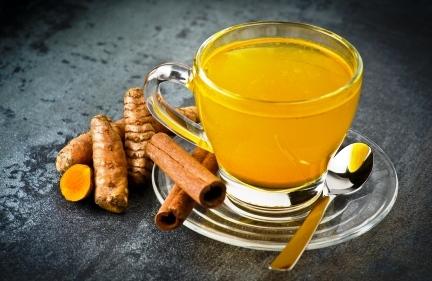 bylinkový čaj s kurkumovým práškem a lékořicí