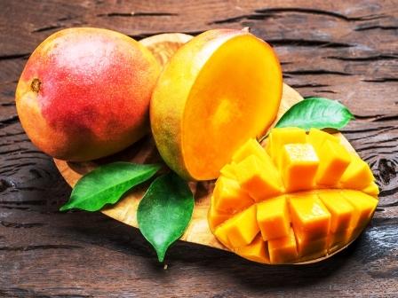 Mango ovoce a mango platky