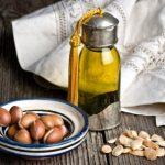 argánové semínka a argánový olej ve flašce