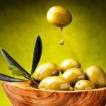 zelena oliva s kapkou olivoveho oleje