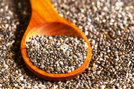 zdrave seminka chia na drevene lzici