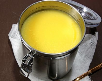 máslo ghee zdravé - tekuté máslo v plechové nádobě