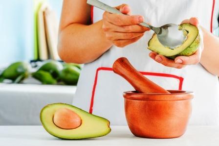 avokádo žena připravuje tradiční mexickou omáčku Guacamole z čerstvého avokáda