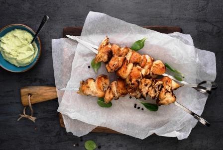 grilované kurací ražničí s avokádovou omáčkou
