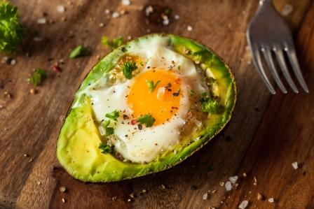 recept na pečené vajíčko s avokádem