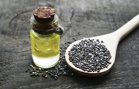 olej z chia semienok vo fľaštičke a chia semienka na lyžičke