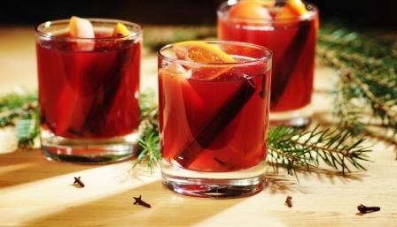 svařené víno s pomerančem, vtvičkami a klinčekmi