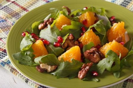 salat s granatovym jablkom, pomarancom, vlasskymi orechmi a rukolov