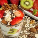zdravé raňajky - jogurt s ovocím, vločkami, orechmi - vysoký obsah vlákniny