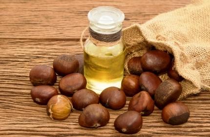 kastanovy olej a kastany na stole