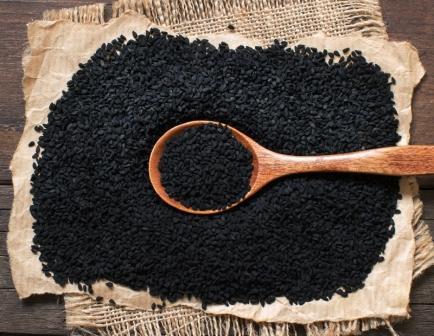 čierna rasca na stole čierny kmín