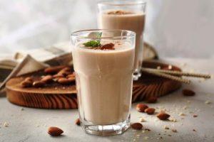 mléčné smoothie s orechmi