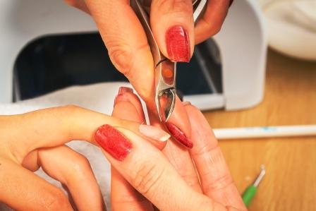 žena si ošetruje nechty