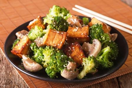 sójový syr tofu z brokolicou, šampiónmi a sezamovými semienkami