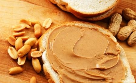 arašidy a arašidové máslo na chlebe
