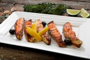 grilovane kusky lososa na tanieri
