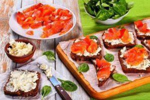 celozrnný chlebík s cottage a údeným lososom
