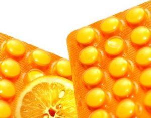 vitamín C pomeranč a tabletky vitaminu C
