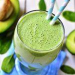 spenátovo avokádové smoothies v pohári se slamkou