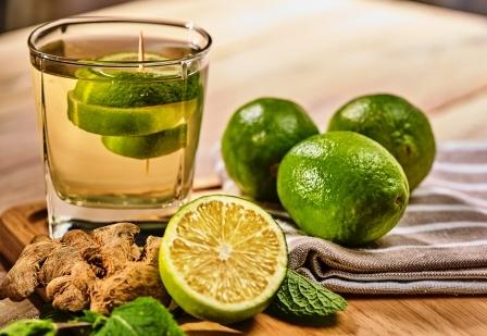 petrželová voda s limetkou zelený nápoj