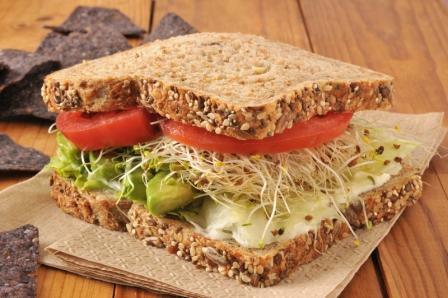 recept na zdravý sendvič se zelninou a klíčkami lucerny seté