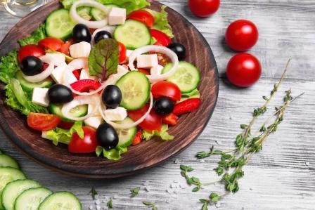 recept na zeleninový salát mozzarella, rajčata, okurka, olivy,