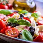recepty na zeleninový Caprese salát - taliansky salát - rajčata, bazalka, olivy,mozzarella