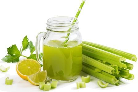 stonkový celer nápoj s limetkou v poháři