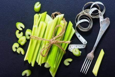 stonkový celer převázaný vo zvazku s metrem a vidličkou - vhodný aj při hudnutí