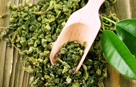 zelený čaj lístky sušený na drevené lžičce