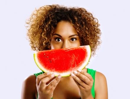 zena drzi v rukach meloun