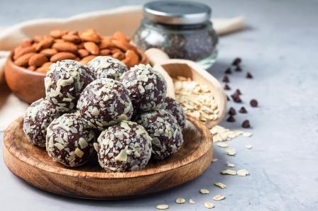 čokoládové paleo guličky s orechmi, ovsenými vločkami a chia semienkami