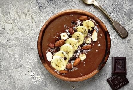 čokoládovo banánové smoothie s ořechy a chia semínky