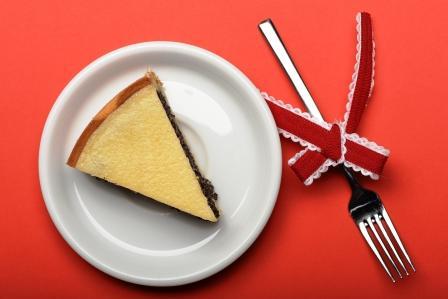 ľahkký makový cheesecake na tanieri na ružovom obruse