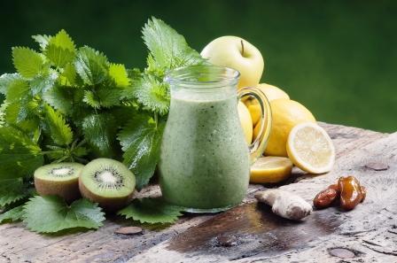 detoxikační smothie - kopřiva, jahody, kivi, jablko a zázvor