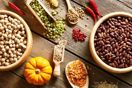 lušteniny rúzné druhy v miskách hrách, fazole, sója