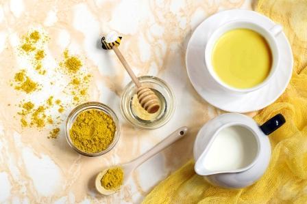 mléko s kurkumou a medem známe ako zlaté mléko - detoxikační nápoj podporujíci spalovaní