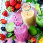 ovoce a smoothie v pohárech - zelené, jahodovo-černicové a ananasové smoothie