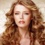 olivový olej na zdravé vlasy, pokožku a nechty - hezká žena s kudrnatými vlasy