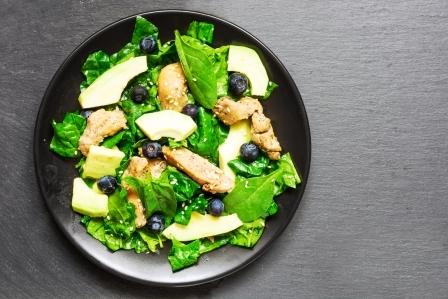 recept na kuřecí salát s avokádem, špenátem a borúvkami
