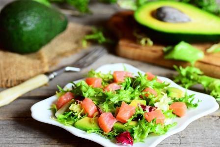 recept na lehký a zdravý salát s avokádem a lososem