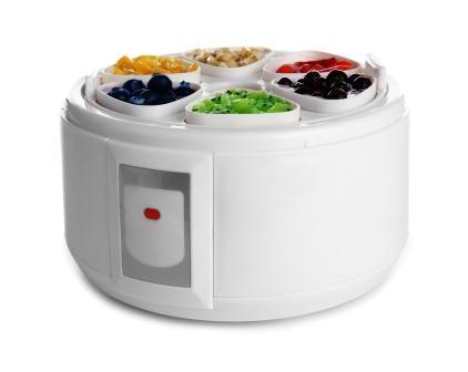 Automatický výrobce jogurtů s ovocem na bílém pozadí
