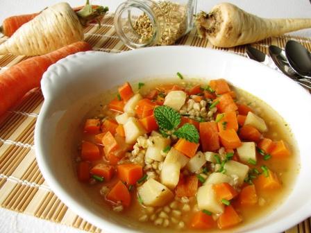 zeleninová polévka s mrkví kořenovou zeleninou petrželovou natí a pohankou