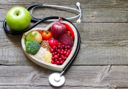 dřevena miska v tvare srdca plna ovoce a zeleniny