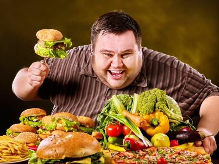 nadváha, muž s hamburgeri